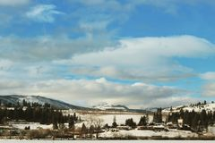 Vinter sjö, berg och stad Royaltyfria Bilder