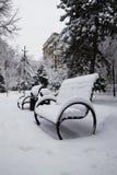 Vinter snö på bänkbyggnaden Arkivbilder