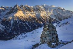Vinter snö-täckt berglandskap på solnedgången arkivfoton