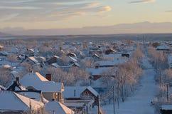 Vinter snö-täckt gata i bygden Royaltyfri Bild