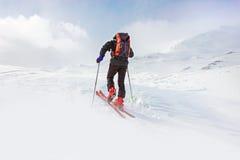 Vinter snöig landskap för berg med fotvandrare Fotografering för Bildbyråer