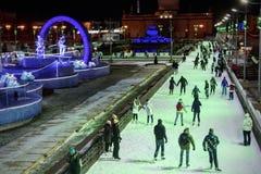 Vinter som åker skridskor isbanan i Moskva, VDNKh royaltyfria bilder