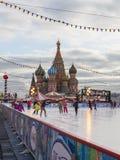 Vinter som åker skridskor isbanan på röd fyrkant Royaltyfri Foto