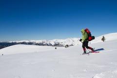 Vinter som fotvandrar i bergen Royaltyfria Foton