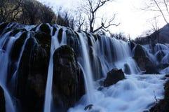 Vinter som fryser den kalla vattenfallet fotografering för bildbyråer