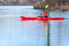 Vinter som kayaking Arkivbild