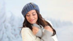 Vinter som ler den unga kvinnan arkivfilmer