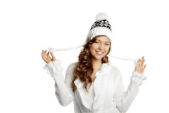 Vinter som ler flickan på en vit bakgrund Royaltyfria Bilder