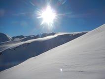 Vinter som skitouring och klättrar i österrikiska fjällängar Royaltyfri Bild