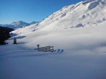 Vinter som skitouring och klättrar i österrikiska fjällängar Royaltyfria Bilder