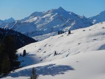 Vinter som skitouring och klättrar i österrikiska fjällängar Arkivfoto
