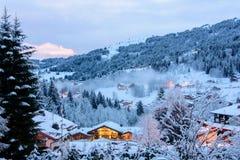 Vinterafton i den franska fjällängdalen Arkivbilder