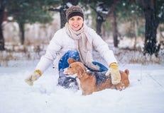 Vinteraktivitet med favorit- vovve royaltyfri bild