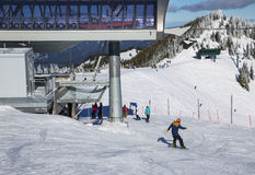 Vinteraktiviteter i Crystal Mountain Ski Resort Arkivfoton