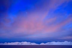 Vinterarktisk Vitt snöig berg, blå glaciär Svalbard, Norge Is i havet Isbergskymning i nordpolen Rosa färgen fördunklar med Arkivfoto
