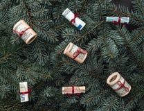 Vinterbakgrund av granfilialer Pengar i form av leksaker klaus santa för frost för påsekortjul sky Top beskådar Xmas-lyckönskan royaltyfri bild