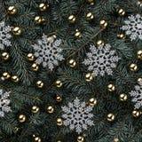 Vinterbakgrund av granfilialer Smyckat med guld- struntsaker Snöflingasilver klaus santa för frost för påsekortjul sky Top beskåd royaltyfri fotografi