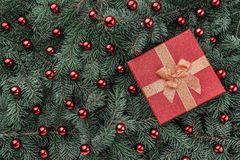 Vinterbakgrund av granfilialer Smyckat med röda struntsaker och gåvan klaus santa för frost för påsekortjul sky Top beskådar Xmas royaltyfri fotografi