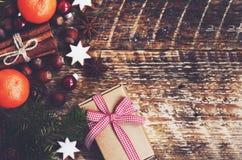 Vinterbakgrund - gåvaasken med bandet och pilbågen, granträd fattar fotografering för bildbyråer