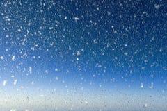 Vinterbakgrund, jul, nytt år, 2020 som är djupfryst, snöflingor, husfönster, flygplanilluminationsenhet, abstrakt begrepp, vinter arkivfoton