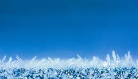 Vinterbakgrund med att blänka iskristaller med kopieringsutrymme, makrofoto Arkivfoton