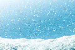 Vinterbakgrund med snö och att blänka i blå lutningfärg Bakgrund för glad jul och för lyckligt nytt år royaltyfria foton
