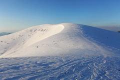Vinterberg landskap med blåttskyen i solig dag Royaltyfri Foto