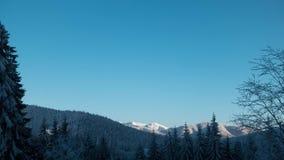 Vinterberg med blå himmel och skuggor efter solpasserandeen arkivfilmer