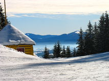 Vinterberghus och skog Arkivfoto