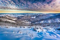 Vinterbergsikt från kanten Royaltyfria Bilder