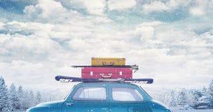 Vinterbil med bagage på taket som är klart för sommarsemester royaltyfri fotografi