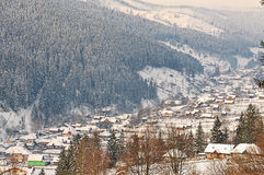 Vinterbylandskap i Rumänien Carpathians Arkivbilder