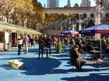Vinterbyn på Bryant Park, om du ser något, säger något, NYC, USA Fotografering för Bildbyråer