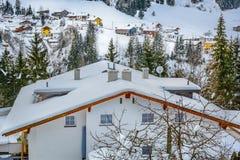 Vinterbysikt i Ischgl, Österrike Arkivfoto