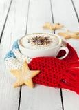 Vintercappuccinokaffe i den vita koppen med julkakor royaltyfria bilder