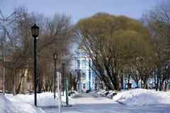 Vintercityscape med historiska byggnader Arkivfoto