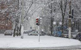 Vintercityscape med tungt snöfall arkivbild