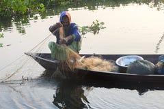 Vinterdag ett fiskarefiske i den Kaliganga floden, Dhaka, Bangladesh Royaltyfria Foton