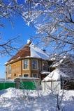 Vinterdag, hus Arkivbilder