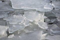 Vinterdag med högar av bruten is Arkivbilder