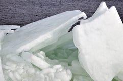 Vinterdag på den Dnieper floden med högar av bruten is royaltyfri foto