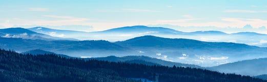 Vinterdimma i berg Arkivbild