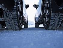 Vinterdrevsäkerhet Dubbade gummihjul mot studless gummihjul Royaltyfri Foto