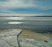 Vintereftermiddag vid floden Arkivfoto