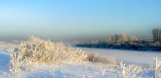 Vinterfält och flod fotografering för bildbyråer