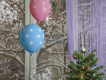 Vinterfödelsedag! Julgran med ballonger Arkivbilder