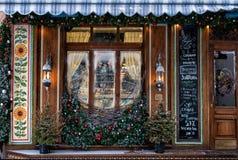 Vinterfönster av ett hemtrevligt kafé Arkivbild