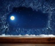 Vinterfönster med den frostade insidan Arkivfoto