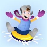 Vinterfamiljaktivitet med pojken som snowtubing Arkivfoton