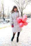 Vinterflicka med ballongen Arkivfoto